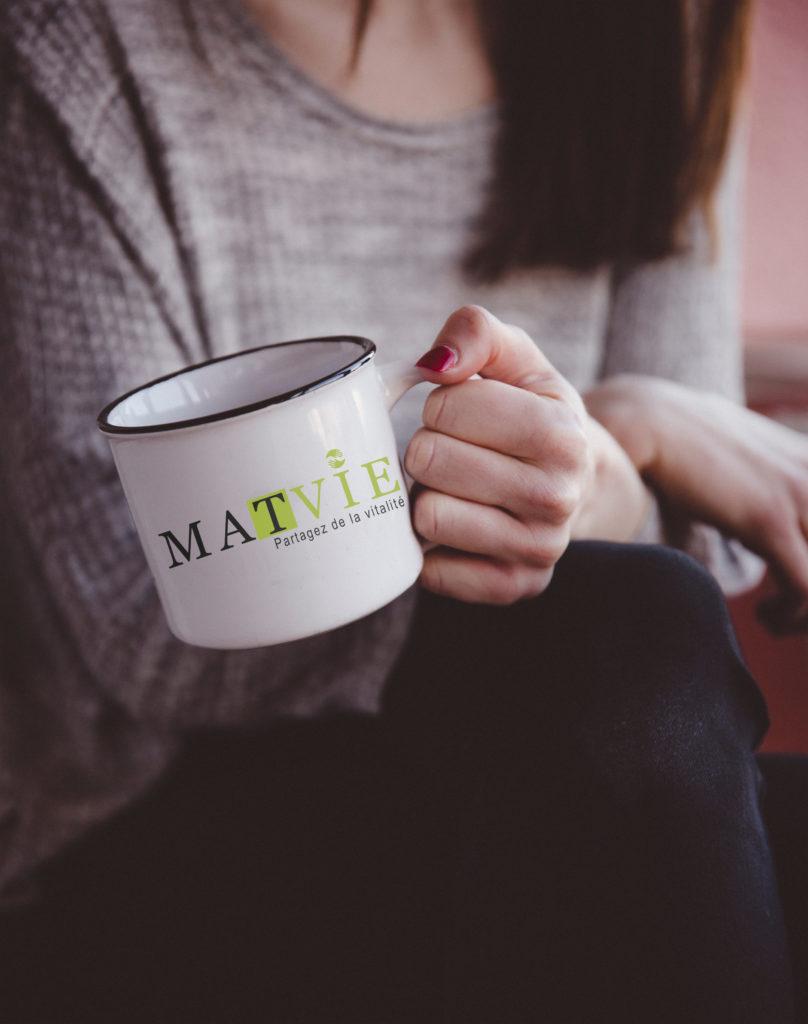 Le matvie représente une entreprise qui commercialise le maté en France. J'ai choisie la couleur verte pour le côté nature, santé et le point du I représente le partage. Car il s'agit d'une boisson bio, qui a des vertus sur la santé et elle se consomme entre amis, famille, etc. Ce lien vous mèneras directement au site. https://t-ny-graphiste.fr/projet-le-mate/