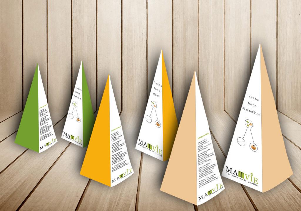 J'ai choisi un packaging triangulaire pour son originalité. Les couleurs varient selon le gout du maté. Sur le dos du packaging vous y trouverez la préparation du maté. Ce lien vous emmèneras directement au site https://t-ny-graphiste.fr/projet-le-mate/